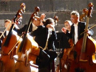 Attesa contrabbassi In occasione del Bicentenario Verdiano l'Arena di Verona celebra il maestro con la Messa da Requiem, suonata da Orchestra e Coro della Fondazione Arena di Verona e Orchestra e Coro della Fondazione La Fenice di Venezia.