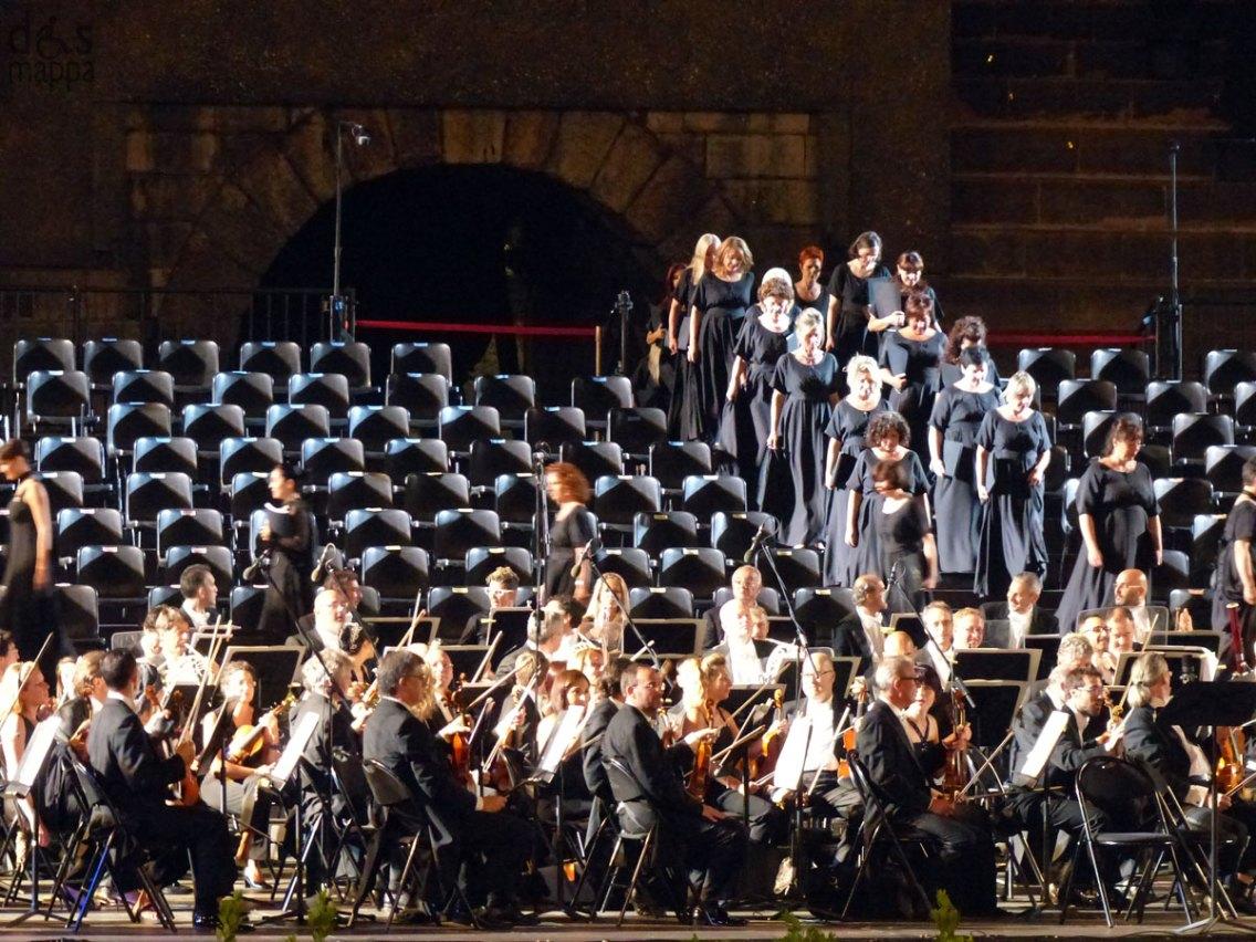 Arrivo delle donne del coro In occasione del Bicentenario Verdiano l'Arena di Verona celebra il maestro con la Messa da Requiem, suonata da Orchestra e Coro della Fondazione Arena di Verona e Orchestra e Coro della Fondazione La Fenice di Venezia.