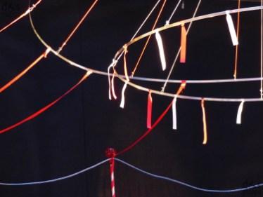"""Pinocchiata - vademecum di una resurrezione 12 - 13 luglio, ore 21.15 Corte Mercato Vecchio - Verona ideazione, coreografia, regia Laura Corradi con Midori Watanabe, Carmelo Scarcella, Alice Guazzotti musiche originali Fabio Basile disegno luci e allestimento scenico Alberta Finocchiaro assistente alla coreografia Midori Watanabe costumi Laura Tonolli direttore organizzativo Augusto Radice Pinocchio è un eroe della fame, nella povera Italia postunitaria del Risorgimento. È l'esplosione vitale di un corpo di legno che sorprende rivelandosi leggero, agile e rapido ma subisce il fascino di un richiamo oscuro che vuole portarlo alla morte. Ingiustizia, inganno, corruzione, potere e sfruttamento, Pinocchio attraversa tutto questo e ci fa pensare al nostro presente. Ci si muove come in una favola, Pinocchi sconclusionati e incorreggibili, certi che un giorno una fata perdonerà tutto... Nel 1984 (circa 100 anni dopo la prima pubblicazione del Pinocchio di Carlo Collodi del 1883) Italo Calvino venne invitato all'Università di Harvard nel Massachussets, per un ciclo di sei conferenze, pubblicate postume, con il nome di Lezioni americane - sei proposte per il prossimo millennio. Diceva """"il mio disagio è per la perdita di forma che constato nella vita"""", preoccupato della nostra troppo sciatta e svagata esistenza. Calvino conduce ad un tema principale, quello delle """"connessioni invisibili"""" che, una volta scoperte dal suo sguardo attento e affilato, rendono trasparente l'opacità del mondo. È la rete che collega fatti, persone e cose appartenenti a luoghi e tempi diversi, nel nostro caso fili invisibili tesi tra la nostra fragilità e quella di Pinocchio, lo scatto rapido di un cavallo e l'intuizione poetica, il Ciuchino Pinocchio e la danza malmenata di oggi, tra questo nostro mondo e un circo vecchio stile che sa di virtuosismi e maltrattamenti, di prodezze e solitudine. Lo spettacolo corre e si trasforma, si affianca complice a Pinocchio che tante volte tocca il fondo e riemerg"""