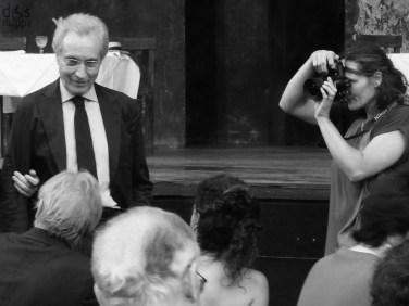 """All'attore-regista Carlo Cecchi il 56° premio """"Renato Simoni per la fedeltà al teatro di prosa"""". Giunto alla 56a edizione, quest'anno il """"premio Renato Simoni per la fedeltà al teatro di prosa"""" viene attribuito a un attore-regista sofisticato da sempre votato alla sperimentazione: Carlo Cecchi. Il riconoscimento gli verrà consegnato mercoledì 3 luglio al Teatro Romano con una breve cerimonia che precederà il debutto, in """"prima"""" nazionale, dello spettacolo che apre il 65° Festival Shakespeariano: Il mercante di Venezia. Coincidenza singolare, il regista dell'allestimento è quel Valerio Binasco che è stato apprezzato allievo di Cecchi e che ha recitato per anni nella sua compagnia, il Granteatro. Fiorentino di nascita, ma napoletano per formazione artistica, schivo, Cecchi, è sempre riuscito a dare ai suoi spettacoli un'impronta particolare, a connotarli in modo innovativo e anticonvenzionale com'è accaduto al Pirandello dei Sei personaggi in cerca d'autore visto al Nuovo (nell'ambito della rassegna Il Grande Teatro) nel 2006 in cui il dramma originale dell'autore siciliano veniva scomposto e immerso in toni beffardi ed ironici."""