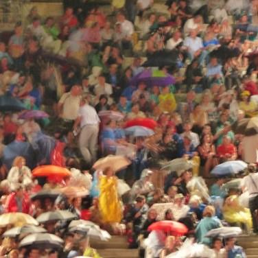 In caso di maltempo lo spettacolo non viene mai annullato prima dell'orario di inizio previsto. Qualora le condizioni meteo non consentano il regolare svolgimento dello spettacolo, FONDAZIONE ARENA DI VERONA può posticipare fino a 150 (centocinquanta) minuti l'orario d'inizio della rappresentazione, prima di annunciare l'eventuale annullamento dello spettacolo. In caso di sospensione dello spettacolo dopo il suo inizio, verrà meno ogni diritto al rimborso del biglietto.