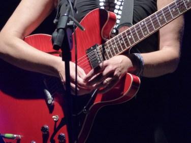 """Cristina Donà Chi già conosce e ama quest'artista sa che da lei ci si aspetta l'inatteso, l'ingrediente imprevedibile che nell'esperienza live ha sempre ipnotizzato e creato una forte empatia con le migliaia di persone che riempiono i suoi concerti. Cristina Donà è molto legata alle versioni acustiche dei suoi brani (l'album """"Piccola Faccia"""" del 2008 ne è un esempio), all'essenza della canzone e ogni tanto le piace rispolverare questa dimensione per riappropriarsi di quell'ossatura nuda ed essenziale. In occasione del concerto di Verona, Cristina ha pensato, di raccontare se stessa attraverso una sorta di story-telling preparato per l'occasione. Ad affiancarla in quest'avventura ci sarà Saverio Lanza, polistrumentista e produttore dell'ultimo, fortunato album """"Torno a casa a piedi"""" (2011). Gran finale dell'edizione 2013 di VenerAzioni, il festival tutto al femminile al Teatro Romano di Verona, con Marina Rei, Paola Turci e Cristina Donà, tre grandi cantautrici del panorama musicale italiano. Tre artiste, tre donne, tre musiciste che hanno cercato, e costruito, il loro percorso artistico imponendosi al vasto pubblico lavorando spesso fuori dai comuni cliché del mondo dello spettacolo."""