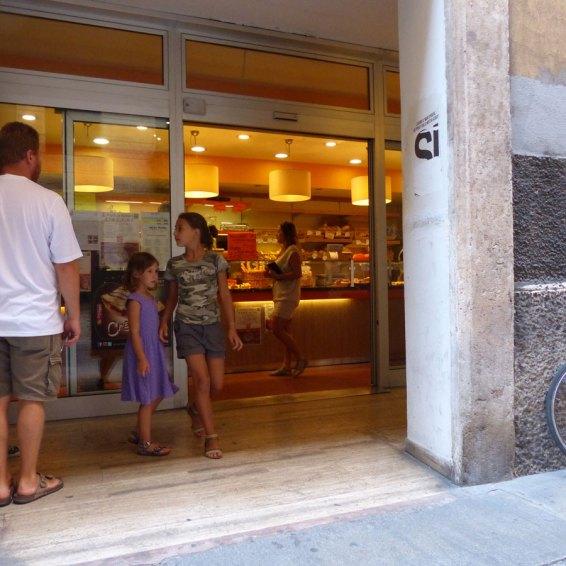 Sotto i portici di via Stella a Verona un ottimo panificio (consiglio di provare le golose brioches salate ai cereali), perfettamente a livello del marciapiede, con bagno accessibile e attrezzato per disabili in carrozzina (lo specchio è un po' alto)
