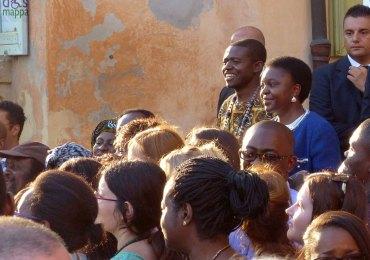"""prima edizione della African Summer School in """"Geostrategia africana-business incubator for Africa"""". Il corso, che sarà inaugurato domenica alle ore 17.30 dal ministro per l'integrazione e le politiche giovanili Cécile Kyenge Kashetu, è organizzato dall'associazioneAfricasfriends, con il patrocinio di Comune, Università degli Studi di Verona, Uil e Ital-Uil nazionale. L'iniziativa è stata presentata questa mattina in sala Arazzi dall'assessore alle Pari opportunità Anna Leso. Presenti il presidente di Africasfriends Prosper Nkenfack, il coordinatore e la responsabile sviluppo di African Summer School Fortuna Ekutsu Mambulu e Chiara Fraccaroli, il segretario generale Uil Verona Lucia Perina, la direttrice di Mag- Società mutua per l'autogestione Loredana Aldegheri e il responsabile Sviluppo di Area della Banca Popolare di Verona (tra gli sponsor dell'iniziativa) Piergiorgio Zingarlini."""