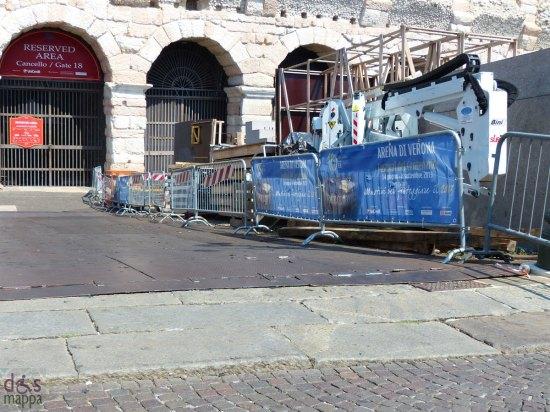 Durante il Festival lirico scendere il vallo dell'Arena in carrozzina diventa molto più semplice grazie a questo scivolo metallico, posizionato davanti il cancello 18, con minimo scalino da piazza Bra.