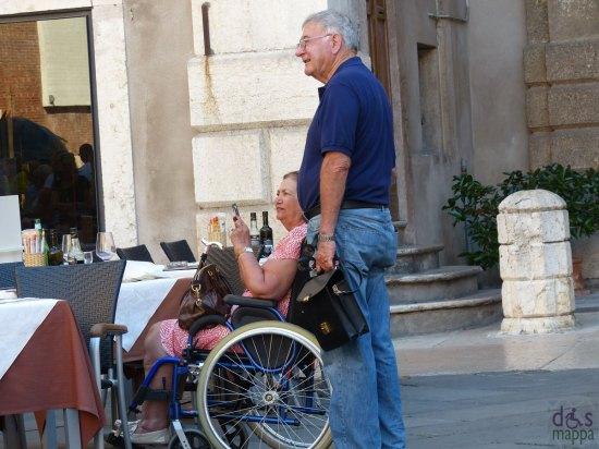 signora-carrozzina-piazza-dei-sognori-verona