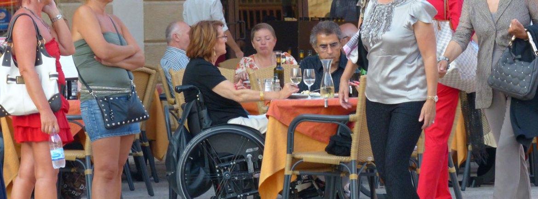 turista disabile in carrozzina in un ristorante sul Liston, in PIazza Bra a Verona