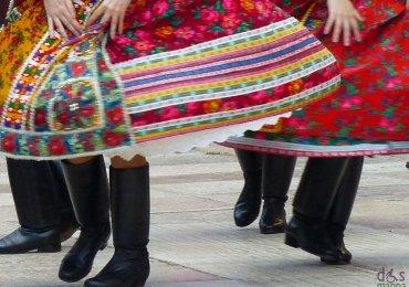 Inaugurazione Tocatì 2013 eventi Sfilata di musiche e danze ungheresi. Venerdì 20 settembre, ore 18.00 Mappa La sfilata che aprirà – come da tradizione – il Festival lungo il percorso che va da Piazza Erbe fino a piazza Sant'Anastasia farà vedere fin da subito come gli ungheresi trasferiscono tutte le loro attività comuni nella danza: i giochi, il piacere e la gioia di divertirsi assieme. Grazie al differente sviluppo avuto nelle varie regioni, il folklore ungherese risulta molto variegato visto che ogni centro ha una propria tradizione specifica.
