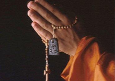 Con l'occupazione del suolo tibetano da parte dei cinesi agli inizi degli anni cinquanta dello scorso secolo e la fuga in India del Dalai Lama nel 1959, seguito da circa centomila tibetani, iniziò per il popolo tibetano una lunga lotta per la preservazione della propria cultura. Una cultura di pace che affonda le sue radici nel buddismo, una filosofia profonda che da oltre un millennio permea ogni aspetto della vita dei tibetani. Come per il cristianesimo, anche nel buddismo tibetano i monasteri sono stati e sono tuttora i centri vitali della società, luoghi non solo di studio e contemplazione, ma dove anche le arti trovano spazio con manifestazioni particolarmente elaborate e dense di simbolismi. Nei monasteri ricostruiti in India, la vita monastica è stata preservata grazie a una determinazione incrollabile e una fiducia granitica nella loro guida, Sua Santità Tenzin Ghiatzo, XIV° Dalai Lama del Tibet. Pur vivendo in condizioni di rifugiati, i tibetani sono stati in grado in questi decenni di mantenere viva la loro lingua e la loro cultura, di ricostruire poco alla volta i riferimenti della loro identità, per primo i luoghi sacri: templi e monasteri. Proprio in questi monasteri i monaci, quelli provenienti direttamente dal Tibet e quelli ormai nati da seconda e terza generazione di rifugiati in India, si dedicano alla preservazione della filosofia buddista e dell'identità culturale tibetana, applicandosi con dedizione al lungo ciclo di studi che li porta a padroneggiare l'insegnamento del Buddha, non soltanto a livello intellettuale, ma anche a livello di realizzazione spirituale interiore. Rientrano nel percorso di studio non solo l'analisi dei grandi trattati filosofici come i cinque trattati della tradizione di Nalanda – Abhisamayalamkara, Madhyamika, Abhidharmakosha, Pramanavartika e Vinaya – ma anche lo studio della medicina e dell'astrologia, nonché lo studio delle meditazioni tantriche, in cui rientrano la pratica del mandala di sabbia e le danze sacre deno