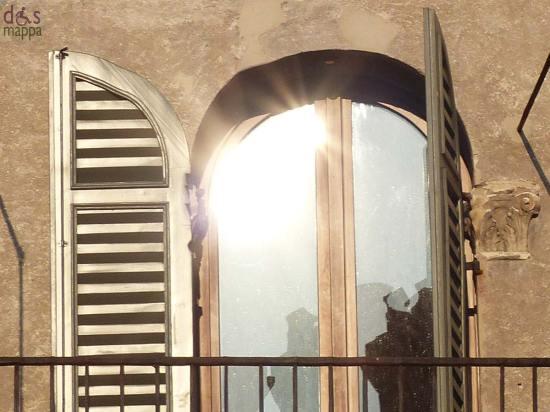 20130722 riflesso-sole-finestra-piazza-erbe-verona