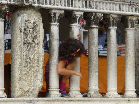20130928-bambina-colonne-loggiato-piazza-signori-verona