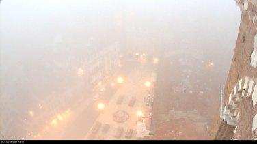 Piazza Erbe annebbiata dalla webcam su Torre dei Lamberti