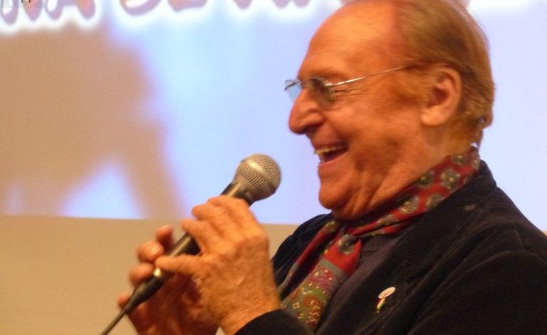"""Renzo Arbore Racconta il suo nuovo lavoro """"…my American way"""" nel negozio FNAC di Verona (accessibile) oggi alle 18. Il musicista e cantante verrà intervistato da Giulio Brusati (L'Arena), giornalista esperto di musica e cultura. """"…my American way"""" è un disco doppio che raccoglie 15 tracce — veri e propri brani della memoria o evergreen per dirla all'americana — particolarmente amate dall'artista, che danno libero sfogo al suo lato """"crooner"""". Il disco è un vero omaggio al jazz e i brani sono interpretati magistralmente da Arbore e dalla sua band The Arboriginals. Nel Forum Fnac, dove l'originalità trova sempre spazio, il primo disk jockey italiano divertirà tutti i presenti regalando loro un momento di intrattenimento e ripercorrendo la storia della musica swing.Renzo Arbore Racconta il suo nuovo lavoro """"…my American way"""" nel negozio FNAC di Verona (accessibile) oggi alle 18. Il musicista e cantante verrà intervistato da Giulio Brusati (L'Arena), giornalista esperto di musica e cultura. """"…my American way"""" è un disco doppio che raccoglie 15 tracce — veri e propri brani della memoria o evergreen per dirla all'americana — particolarmente amate dall'artista, che danno libero sfogo al suo lato """"crooner"""". Il disco è un vero omaggio al jazz e i brani sono interpretati magistralmente da Arbore e dalla sua band The Arboriginals. Nel Forum Fnac, dove l'originalità trova sempre spazio, il primo disk jockey italiano divertirà tutti i presenti regalando loro un momento di intrattenimento e ripercorrendo la storia della musica swing."""
