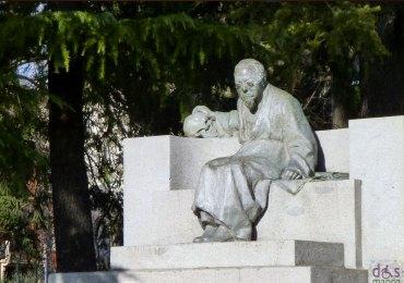 statua dedicata a cesare lombroso in lungadige San Giorgio a Verona