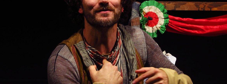 """Sabato 9 novembre ore 21.00 a Verona, Teatro Laboratorio all'Arsenale, è di scena """"Groppi d'amore nella scuraglia"""" di Tiziano Scarpa, scrittore/poeta/drammaturgo veneziano, premio Strega 2009 con """"Stabat Mater"""". Il testo di Tiziano Scarpa è un racconto in versi che, attraverso una lingua inventata che richiama i dialetti del centro-sud, descrive un percorso di rinascita e, in qualche modo, di redenzione. Il linguaggio poetico di Scarpa deforma il nostro immaginario e i corpi dei protagonisti divengono archetipi grotteschi di un mondo in sfacelo; immagini che richiamano l'immaginario di Bosch raccontando la storia di Scatorchio e del suo amore per Sirocchia in un paese sommerso dai rifiuti. """"Non so proprio da dove mi sia uscito il personaggio di Scatorchio, la sua lingua, il suo mondo-dice Tiziano Scarpa- Io credevo di essere una persona mite, decentemente gentile. Scatorchio è una specie di parente scuro, mi scorre nel sangue come un'eredità intima ed estranea. Lo amo profondamente, anche perché mi mette a disagio. Per questo sono stato conquistato dallo Scatorchio dei Carichi Sospesi. Anche a guardare loro, hai di fronte due persone miti e gentilissime. Non sai proprio da dove riesca a tirarlo fuori in maniera così possente e persuasiva, il mite Silvio Barbiero, un personaggio talmente ruvido, cialtrone, impresentabile, poetico. Non sai come abbia fatto, il gentile Marco Caldiron, a domarlo e a scatenarlo, a mettergli le briglie in certi punti e a lasciarsi trascinare selvaggiamente in altri. Comincio a sospettare che ci sia un po' di Scatorchio in ogni maschio, ma solo alcuni sappiano come dargli voce"""". Pochi elementi in scena per rappresentare una storia ricca di elementi narrativi che non manca mai di sorprendere per l'originalità delle soluzioni messe in atto. Lo spettatore si trova immerso in un mondo composto da suoni antichi, ma pur sempre riconoscibili, da immagini e musiche che richiamano un mondo naif tracciato con pennellate severe e marcate. Con Silvio """