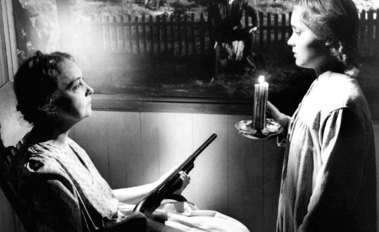 """La morte corre sul fiume, prima e unica regia di Charles Laughton. Tratto dall'omonimo romanzo di Davis Grubb, vede Robert Mitchum nei panni del pastore protestante (orco) Harry Powell, assassino di vedove per denaro. Ma i due figlioletti dell'ultima vittima, con l'aiuto di una """"fata"""" gli daranno filo da torcere."""