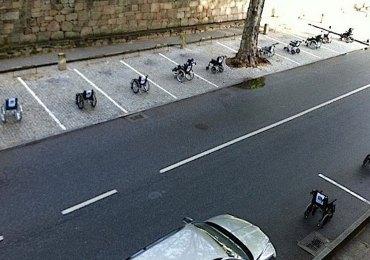 """Per protestare contro la mancanza di rispetto nei confronti dei parcheggi destinati ai disabili, alcuni giorni fa in un parcheggio di Lisbona gli automobilisti hanno visto occupati tutti i posti disponibili da sedie a rotelle, sulle quali erano riportati diversi messaggi """"Torno subito"""", """"mi ci vuole solo un po'"""" e """"sono andato a prendere un caffè"""". L'iniziativa è stata ripetuta a Vila Real (Portogallo), così come Avenida Jaime Brasile, in occasione della Giornata Nazionale di Lotta per i disabili."""