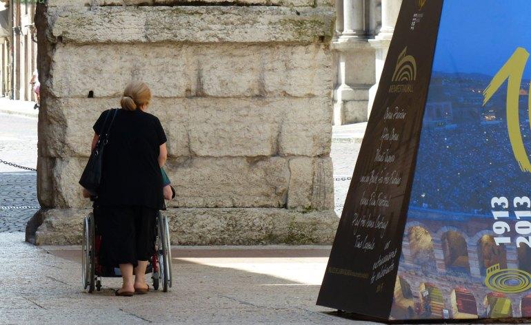 20130629-signora-carrozzina-disabile-porta-borsari-verona