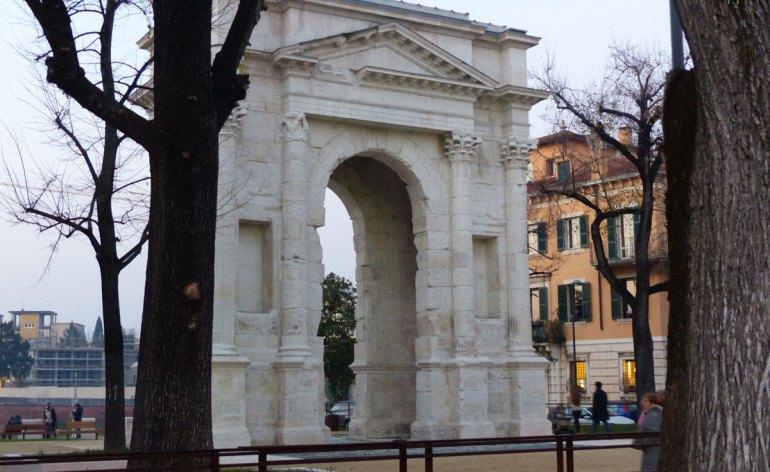 L'Arco dei Gavi restaurato è tornato candido e la piazzetta di Castelvecchio bella pianeggiante, al momento in terra battuta; molto apprezzata la soluzione dei vetri sul parapetto del lungadige, che regala un panorama davvero unico anche visto dalla carrozzina.