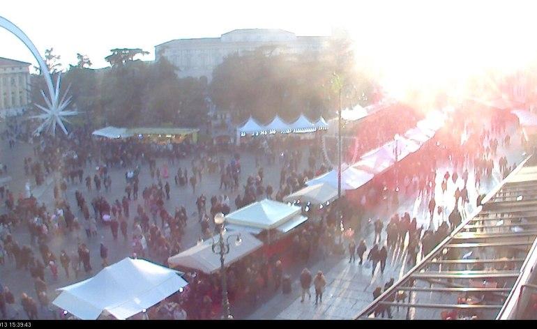 Piazza Bra si riempie di visitatori per i mercatini di Natale in centro a Verona