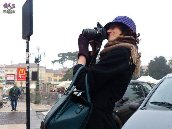 20131213-fotografa-cappello-viola-piazza-bra-verona