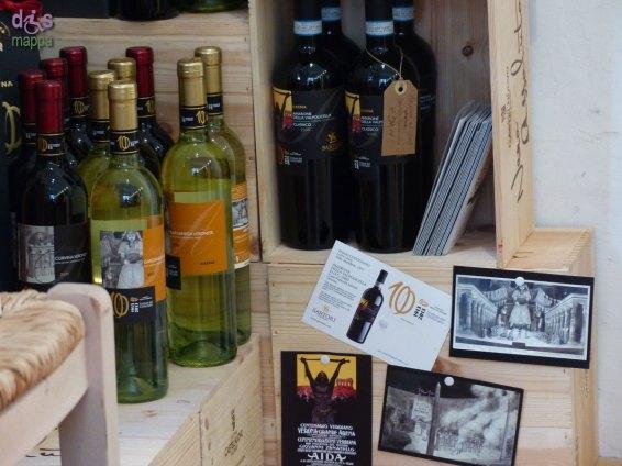Il punto vendita wine shop della Cantina Castelnuovo del Garda, in Via Tazzoli n.1 (angolo con Via Leoncino), è accessibile con piccolo scalino in entrata e tappeto prima della porta, effettua consegna gratuita a domicilio nel centro storico, anche con ordini telefonici, servizio particolarmente comodo in particolare per le persone anziane o con disabilità. Offre e un'ampia gamma di vini in bottiglia e bag in box, selezioni di vini in assaggio gratuito, bottiglie già fresche sempre disponibili.