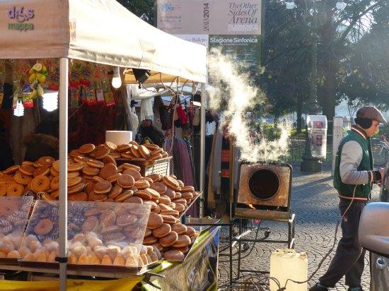 20131215-bancarella-bomboloni-donuts-piazza-bra-verona