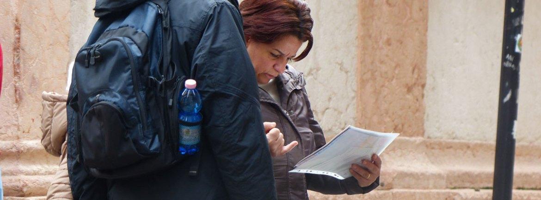 20131227 Famiglia turisti consultano mappa Verona