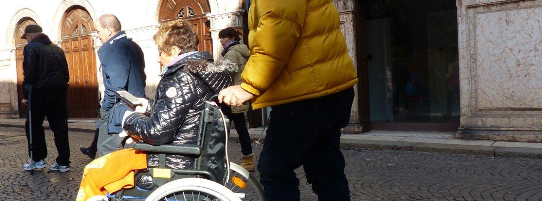 20131230-coppia-turisti-disabile-carrozzina-verona