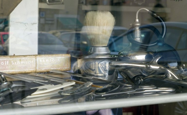 20120822 Vetrina barbiere rasoi pennelli Piazza Nogara Verona