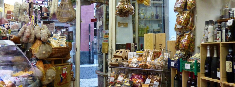 Il negozio di alimentari in Corso Santa Anastasia 33 è a livello della strada è accessibile in carrozzina anche da Vicolo Due Mori. E' anche salumeria e gastronomia.