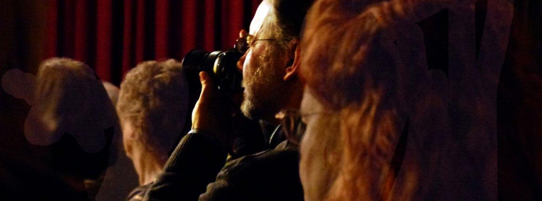L'amico Arturo Bragaja mentre fotografa lo spettacolo De André / Saramago Al Circolo Ufficiali