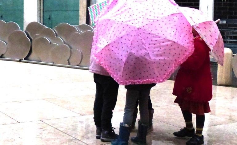 20140118 Bambini ombrelli nuvole Teatro Ristori Verona
