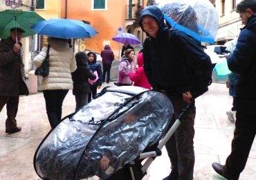 20140118 Papa bambini pioggia carrozzina Verona