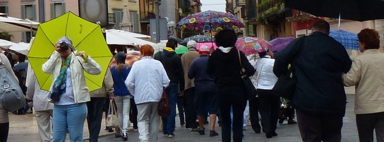 20130930 Foto ombrello giallo pioggia Piazza Erbe Verona