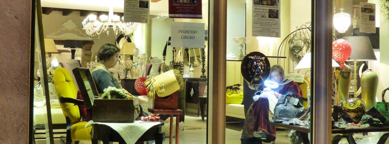 Ricamo tombolo costume epoca Giulietta per Verona in love vetrina negozio via Rosa Verona