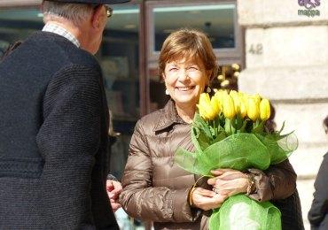 20140306 Signora con mazzo di tulipani gialli Piazza Erbe Verona
