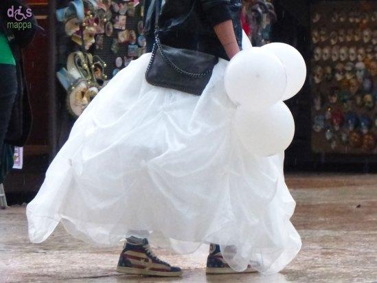 20140322 Ragazza sposa sneakers nubilato Piazza Erbe Verona