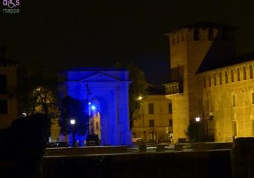 L'Arco dei gavi illuminato blu per giornata autismo Verona