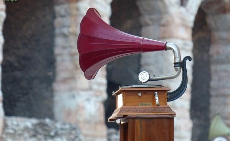 Grammofono con l'Arena di Verona sullo sfondo