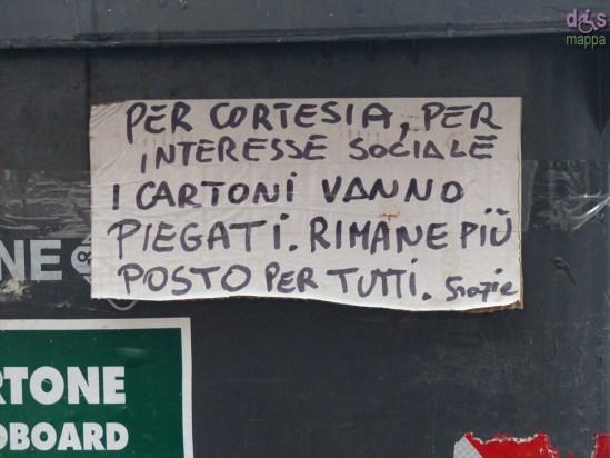 Scritta su cassonetto per una migliore raccolta differenziata di carta e cartoni, centro storico Verona