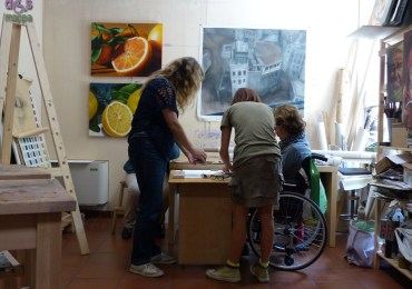 Accessibilità disabili carrozzina studio d'arte Fuori Bolla A Verona di Francesca Veneri, artista a tempo pieno - pittrice, decoratrice e stilista - e Andrea Sambugaro, giornalista e pittore.