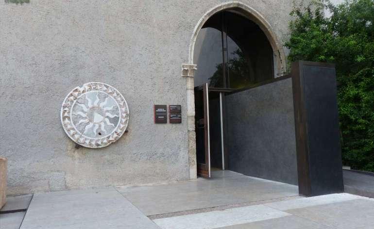 La sala delle sculture del Museo di Castelvecchio a Verona è la più accessibile del complesso museale, si trova a piano terra e si sviluppa in sale che non presentano barriere architettoniche. L'entrata al giardino del Museo ha un iniziale tratto in ghiaia non facilmente percorribile, seguito da pavimentazione a lastroni.
