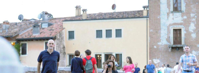 Su Ponte Pietra, andando verso il Teatro romano