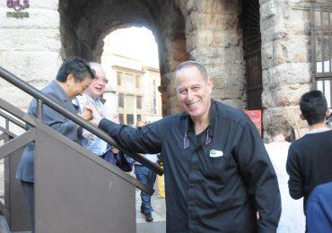 Il direttore d'orchestra Daniel Oren fuori dall'Arena di Verona prima della prima di Turandot