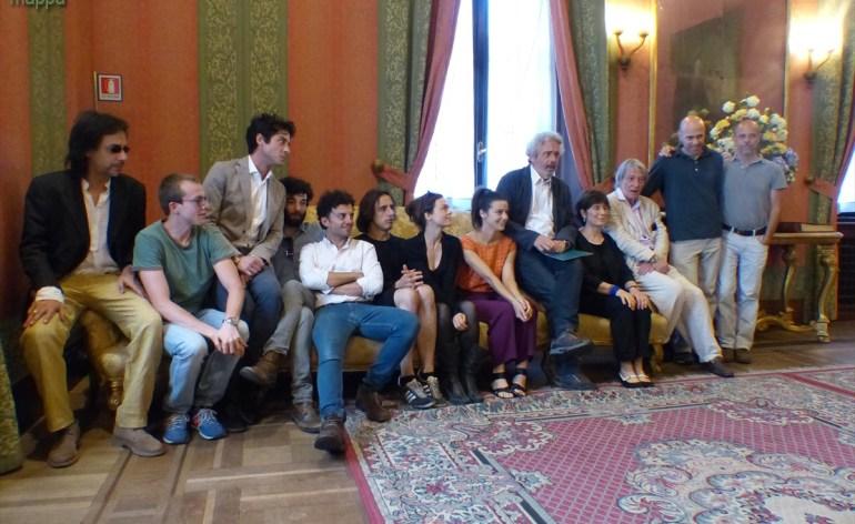 Foto di gruppo - Carlo Cecchi e la compagnia Marche Teatro alla Conferenza stampa del secondo spettacolo del 66° Festival Shakespeariano, La dodicesima notte, che debutta in prima nazionale mercoledì 16 luglio