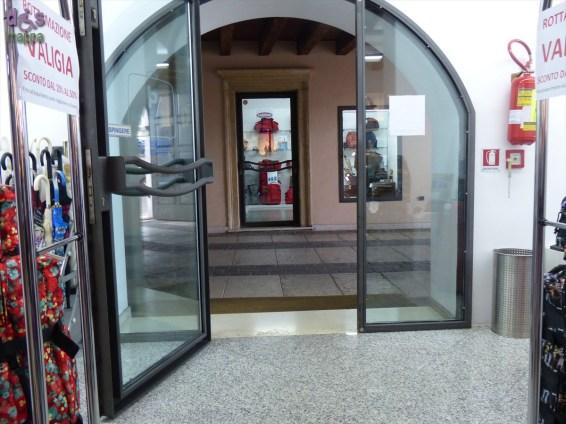 Lo spazioso negozio Bambusa & Piccoli presenta un piccolo dosso nel porticato dove c'è la porta d'entrata, all'interno è tutto perfettamente accessibile a chi si sposta su sedia a rotelle. Bambusa & Piccoli è sinonimo di storia della pelletteria a Verona; il punto vendita tratta i migliori marchi del settore con borse e valigie di tendenza.