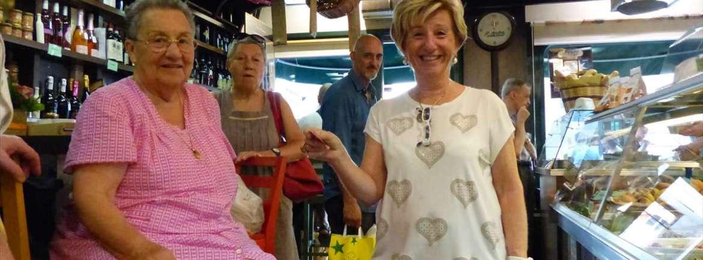 La storica Gastronomia in via Stella 11 è accessibile, senza scalini all'entrata. Rinomata tra residenti e turisti offre una grande varietà di piatti gastronomici, salumi, formaggi, olio, pasta e molte altre specialità, da consumare a casa o all'interno del negozio (ma tavoli e sgabelli sono alti per le carrozzine). Gastronomia Stella via Stella 11 37121 Verona (VR) tel: 045 8004998 Sito web http://www.gastronomiastella.it/ L'attività è incominciata nel 1960 nel centro storico di Verona, a due passi dal famoso balcone di Giulietta. Successivamente il negozio viene denominato GASTRONOMIA STELLA che ben presto si fa riconoscere nel territorio per la sua gestione famigliare e nel giro di pochi anni il negozio si specializza sempre di più per la produzione in proprio di prodotti gastronomici, secondo la più tradizionale cucina a carattere famigliare. Nel corso degli anni la nostra attività si è ampliata e modificata e continua ancora oggi, convinti sempre più, che il servizio, la qualità e la cortesia siano fondamentali in ogni tempo.