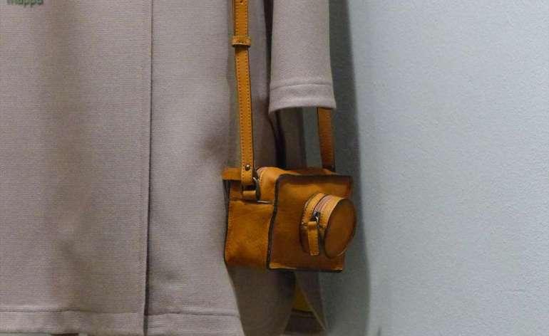 Borsa da donna in pelle marrone che ricorda le custodie delle macchine fotografiche vintage