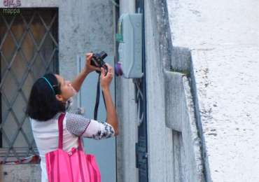 Una turista fotografa i contatori alla scalinata di Palazzo Barbieri a Verona